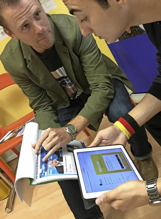 Felix Neumann (links) erklärt Talal Ku...kel über Horst Seehofer als Beispiel.     Foto: Konstantin Görlich