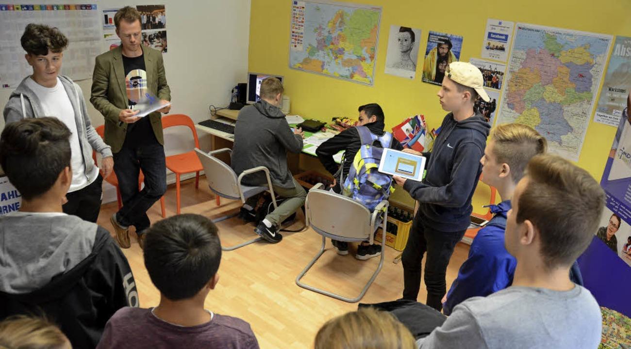 Felix Neumann (hinten links) und Marti...en Jugendlichen die U18/Migrantenwahl.    Foto: Konstantin Görlich