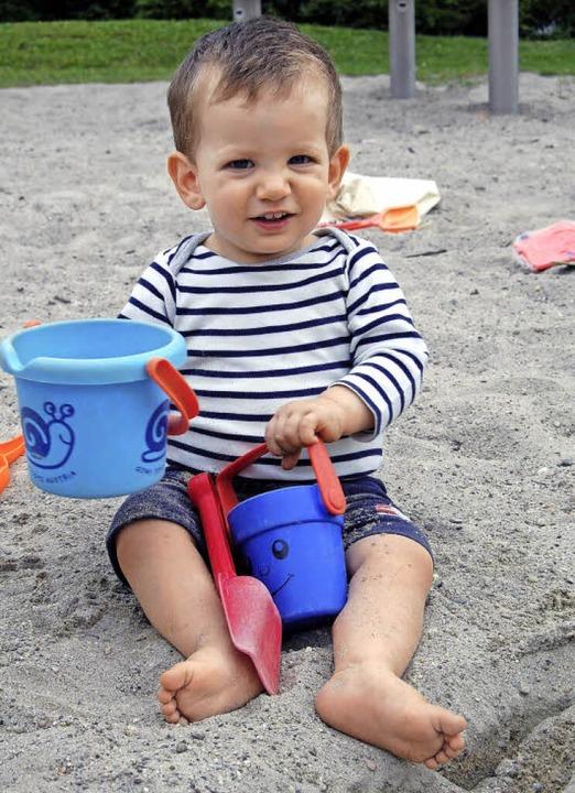 Julius spielt auf dem Spielplatz Kaiserstuhlblick im Sand.  | Foto: Hannah Fedricks Zelaya