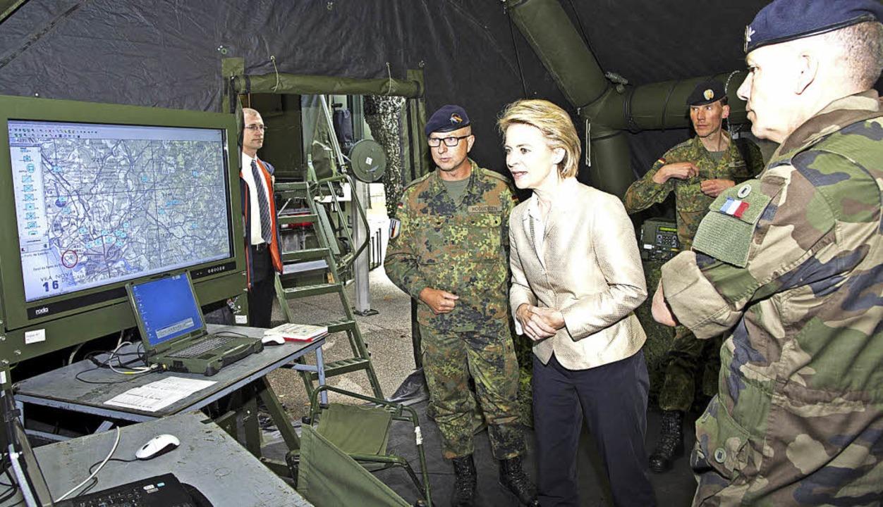 Verteidigungsministerin Ursula von der Leyen im Gefechtsstand.   | Foto: Volker Münch