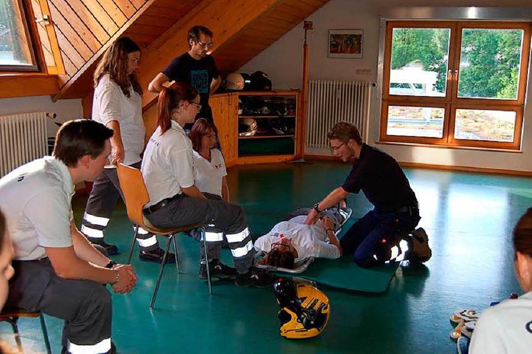 Ein wacher Patient wird untersucht.  | Foto: Claudia Renk