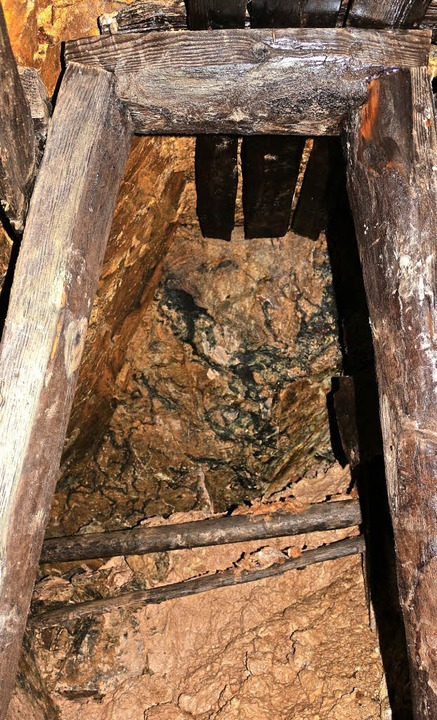 Holzabsicherungen aus dem 18. Jahrhundert im Bergwerk Suggental.   | Foto: Fotos: Karin Heiss