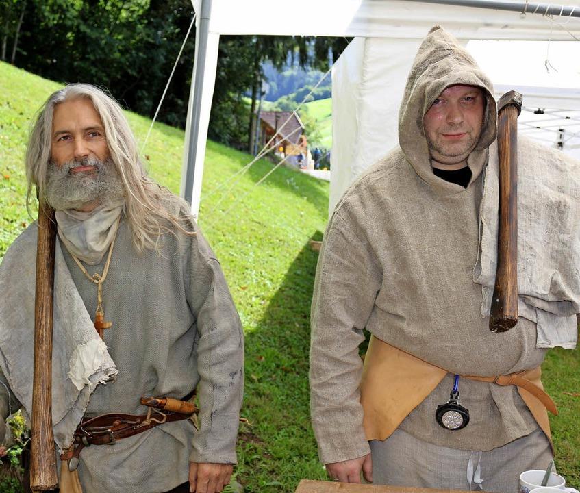 Diese beiden Bergleute in mittelalterl... St.-Anna-Stollen  die schwere Arbeit.  | Foto: Karin Heiß