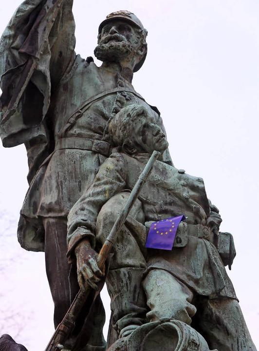 Das Offenburger Kriegerdenkmal nach einer Pulse-of-Europe-Kundgebung.   | Foto: Christoph Breithaupt