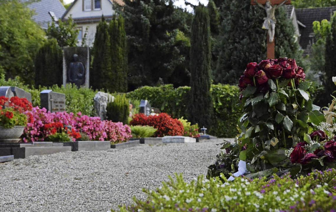 Der Kiesweg auf dem Friedhof soll bald...211; über die Gräber wird diskutiert.   | Foto: Felix Lieschke