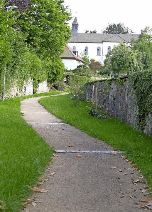 Durchs Grüne führt der neu angelegte F... Kindergarten von der Hauptstraße her.    Foto: Markus Maier