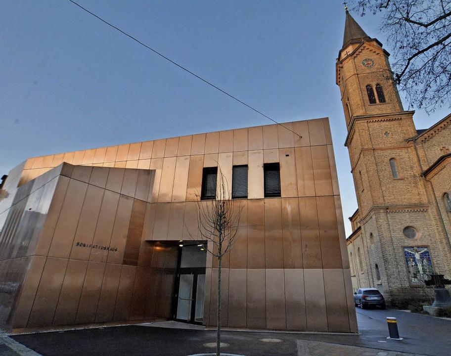Zu den markanten neuen Bauwerken in Lö...auch das Pfarrzentrum St. Bonifatius.     Foto: Barbara Ruda