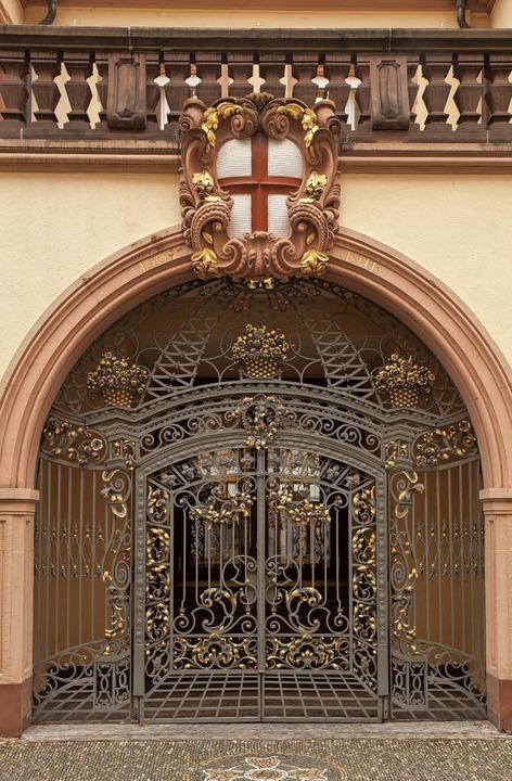 Eingang zur Hauptstelle der Sparkasse ...au in der Freiburger Franziskanergasse    Foto: Arge Stadtbild