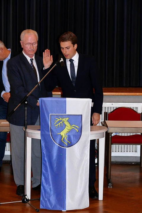 Bürgermeisterstellvertreter Thomas Mutter vereidigt Bürgermeister Adrian Probst  | Foto: Sebastian Barthmes