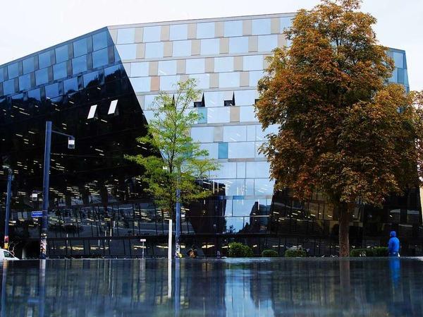 Spiegelung der UB Freiburg mit Wasser von Platz der Synagoge (Freiburg)