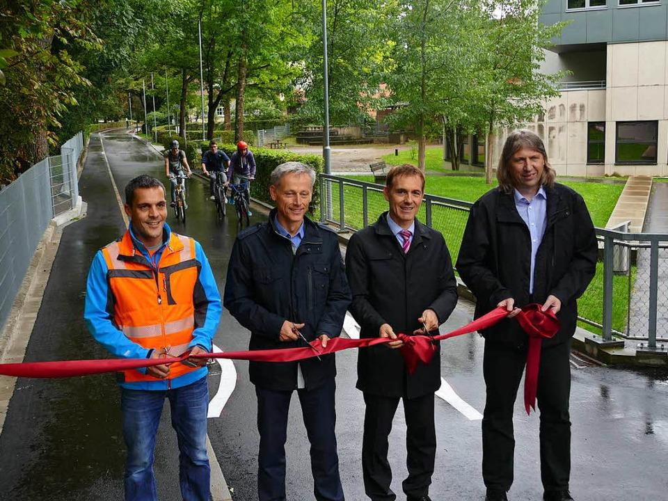 Noch während das Band zur Eröffnung du...on die ersten Radfahrer den neuen Weg.  | Foto: Peter Gerigk