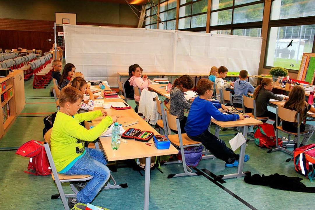 Unterricht zwischen Basketballkorb und...nn dort derzeit nicht ausgeübt werden.    Foto: Fabry