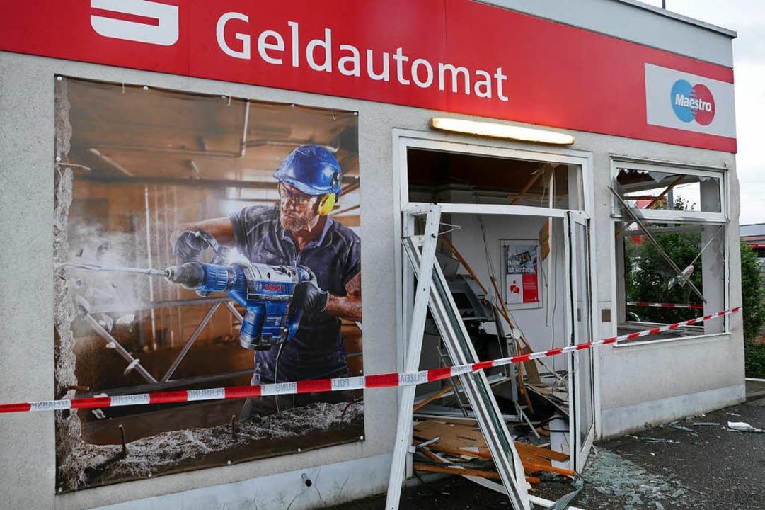 Blick auf den zerstörten Pavillon mit dem Geldautomaten