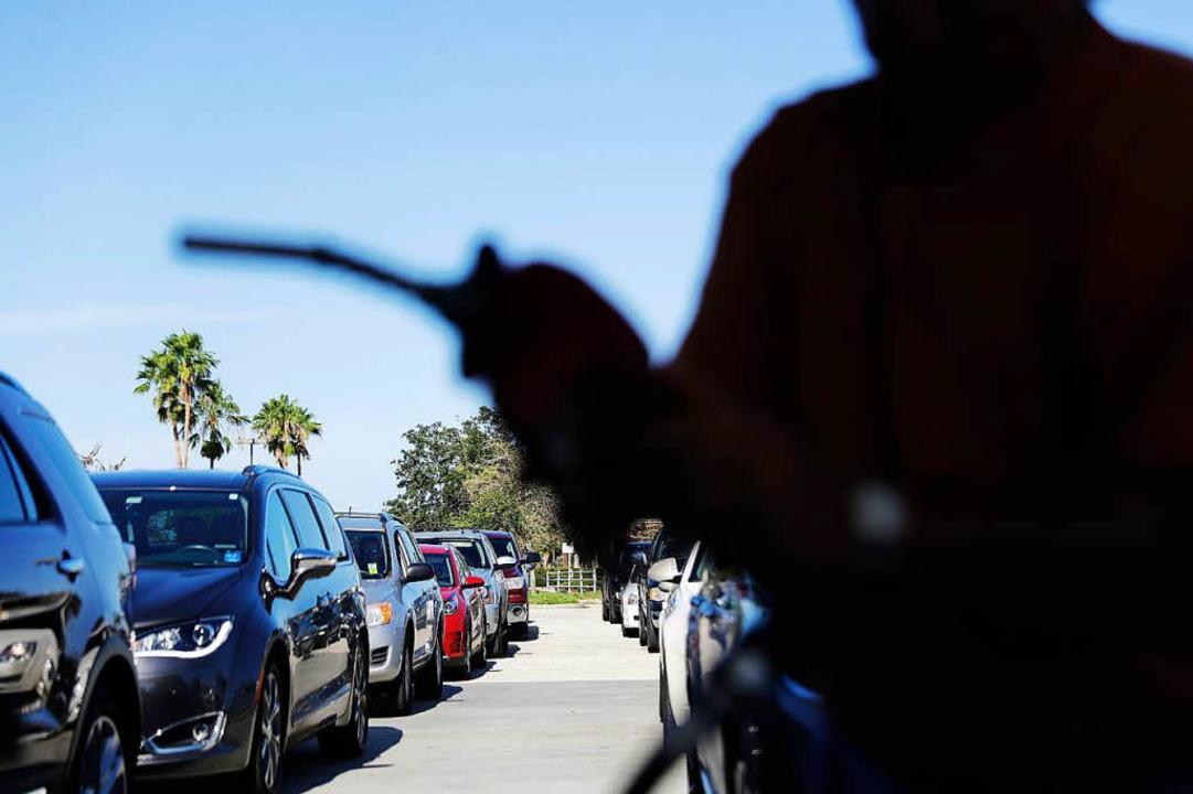 Einfach den Zapfhahn nicht wieder eing... Die Polizei sucht einen Tankbetrüger.  | Foto: dpa