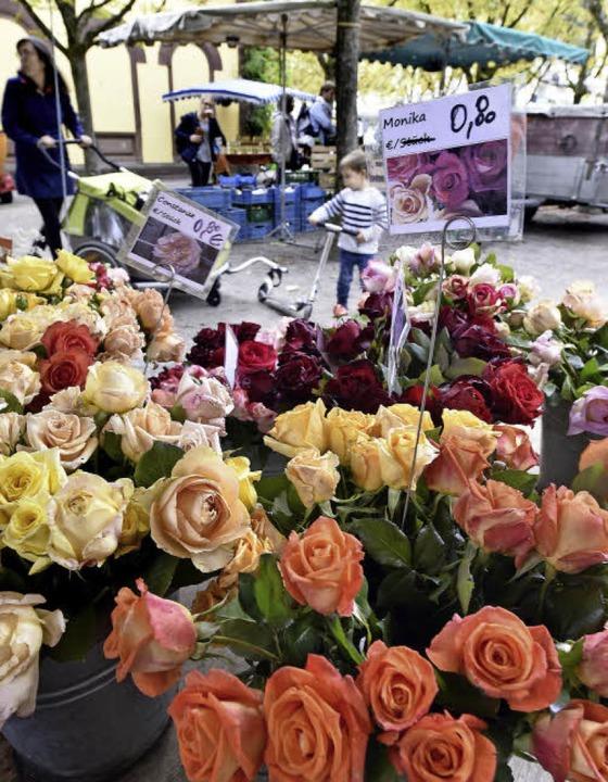Schönes und Süßes:  Rosen (und Wein) a...h, deren Mann den Markt gegründet hat.  | Foto: Thomas Kunz