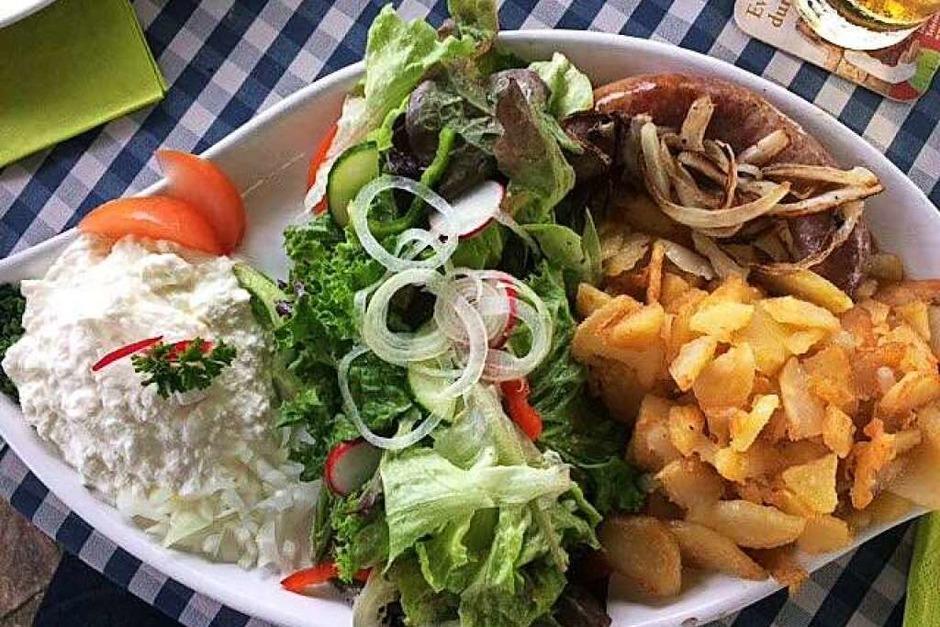 Brägili, Bibiliskäs, Wildschwein-Bratwurst und Salat (Freiamt) (Foto: Erika Winkler)
