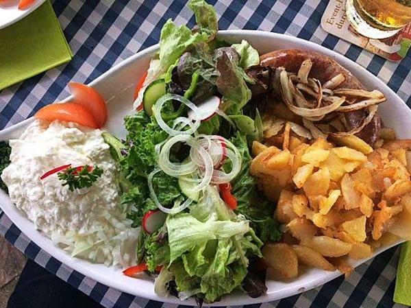 Brägili, Bibiliskäs, Wildschwein-Bratwurst und Salat (Freiamt)