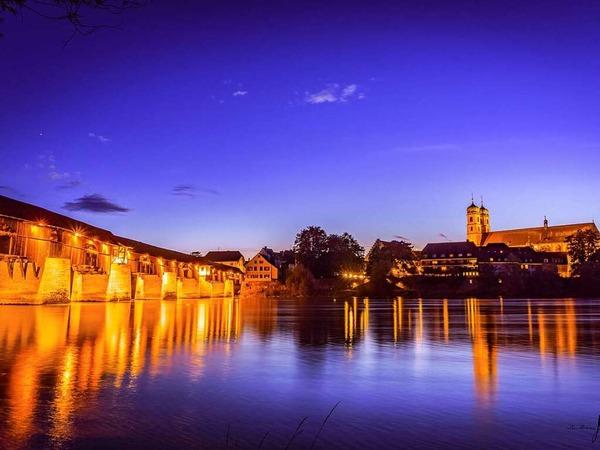 Bad Säckingen mit der historischen Holzbrücke bei der abendlichen Dämmerung (Bad Säckingen)