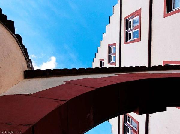 Rathaus mit Torbogen aus der Froschperspektive (Kippenheim)