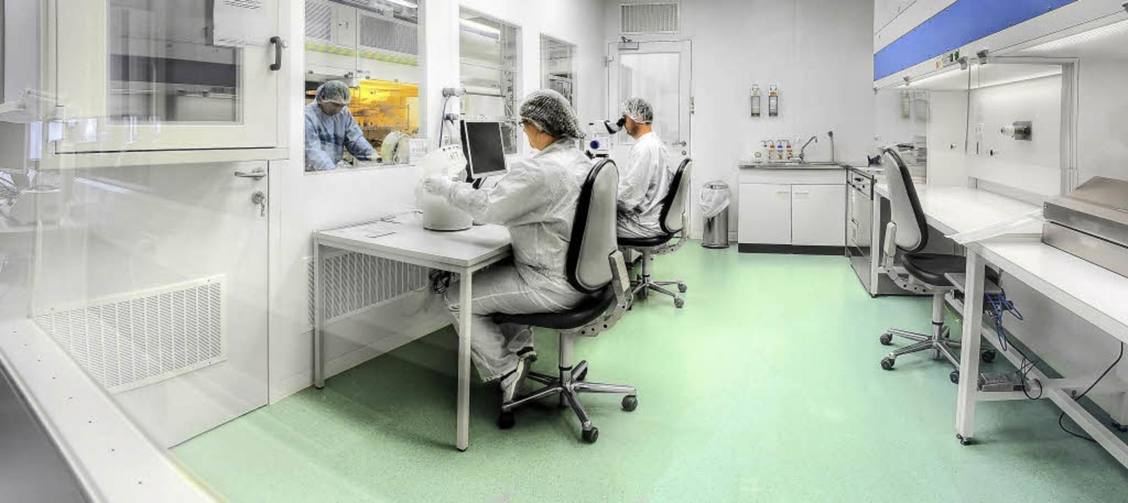 Präzisionsarbeit im Reinraum: Hier ent...roimplantate der nächsten Generation.   | Foto: Cortec GmbH, anfe