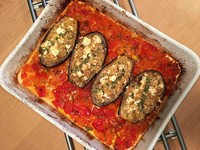 Sommergericht: Mit Bulgur gefüllte Auberginen in Tomatensugo