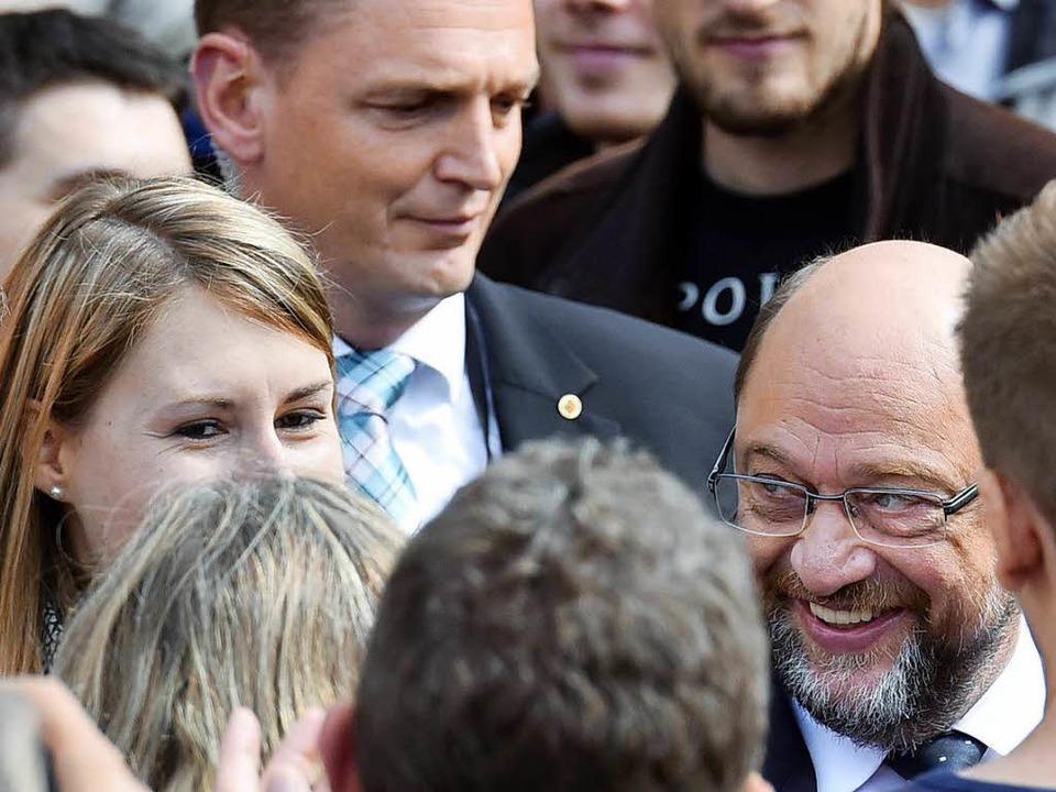 Martin Schulz gibt sich nahbar bei sei...ritt in Freiburg am Samstagnachmittag.    Foto: Thomas Kunz