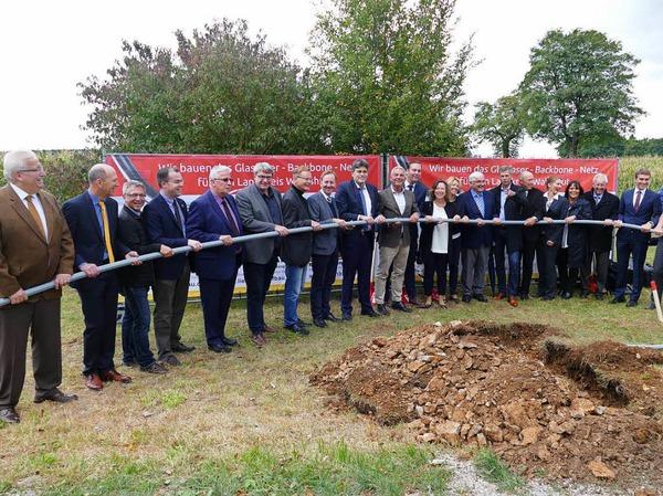 Gemeinsam sind wir stark: Die Bürgermeister des Landkreiskommunen, Landrat, Landespolitiker und der Innenminister packen beim Breitbandausbau gemeinsam an.