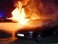 Auto brennt – Polizei schließt Brandstiftung nicht aus