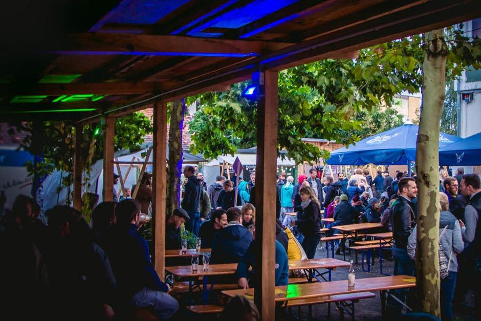 Trübe Stimmung am Himmel, aber jede Menge Bier gab es beim Craftival auf dem ehemaligen Schmitz-Katze-Gelände. (Foto: Julia Klaus)