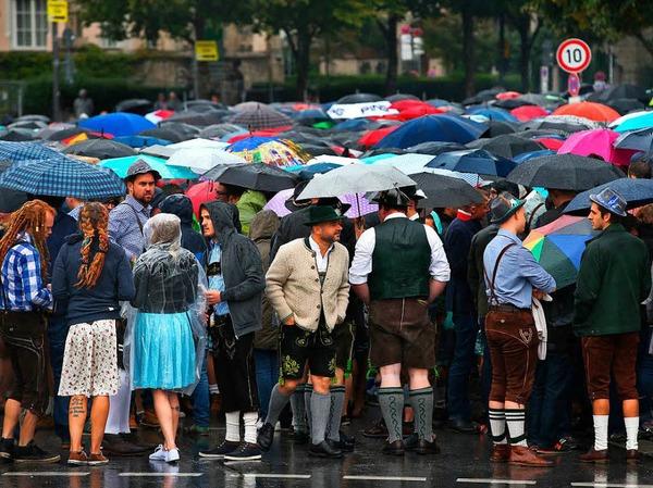 Noch vor Öffnung der Bierzelte um 9.00 Uhr bildeten sich vor deren Eingängen lange Warteschlangen.