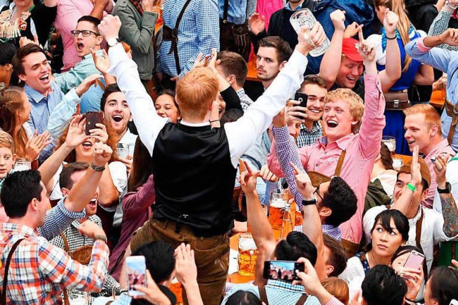 Im München ist wieder Oktoberfest. Der Start war in diesem Jahr reichlich verregnet – der guten Laune tat das keinen Abbruch. Auch die hohen Sicherheitsvorkehrungen nicht. (Foto: dpa)