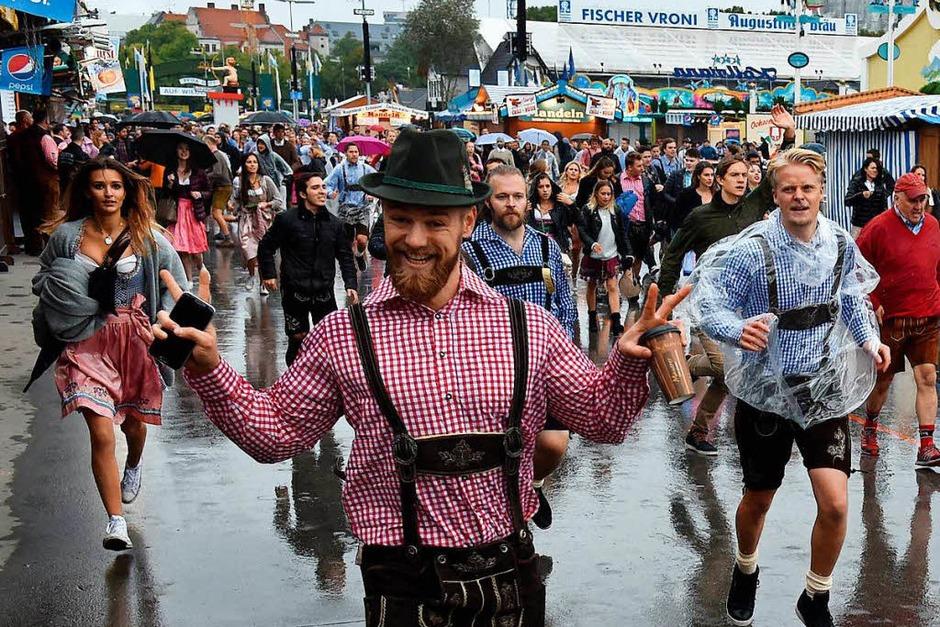 Im München ist wieder Oktoberfest. Der Start war in diesem Jahr reichlich verregnet – der guten Laune tat das keinen Abbruch. Auch die hohen Sicherheitsvorkehrungen nicht. (Foto: AFP)
