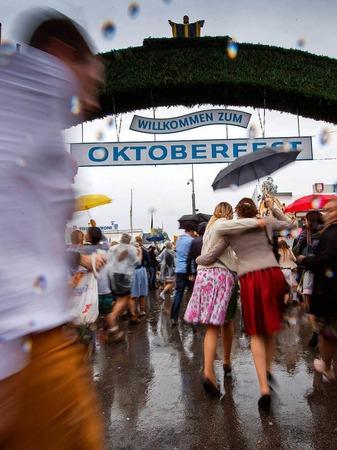 Im München ist wieder Oktoberfest. Der Start war in diesem Jahr reichlich verregnet - der guten Laune tat das keinen Abbruch. Auch die hohen Sicherheitsvorkehrungen nicht.
