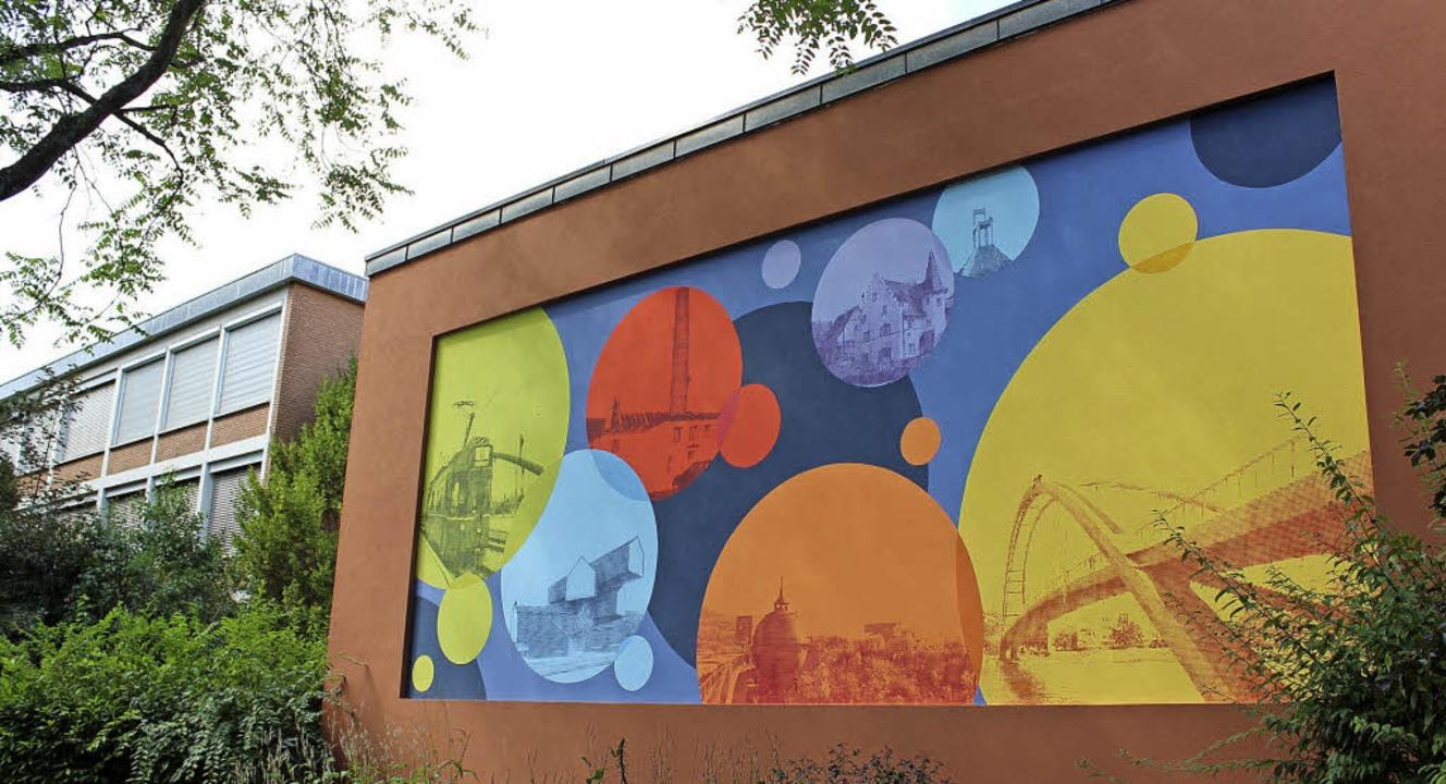 Abstrakt und fotorealistisch zugleich:...er Fassade des Hauses der Volksbildung  | Foto: Herbert Frey