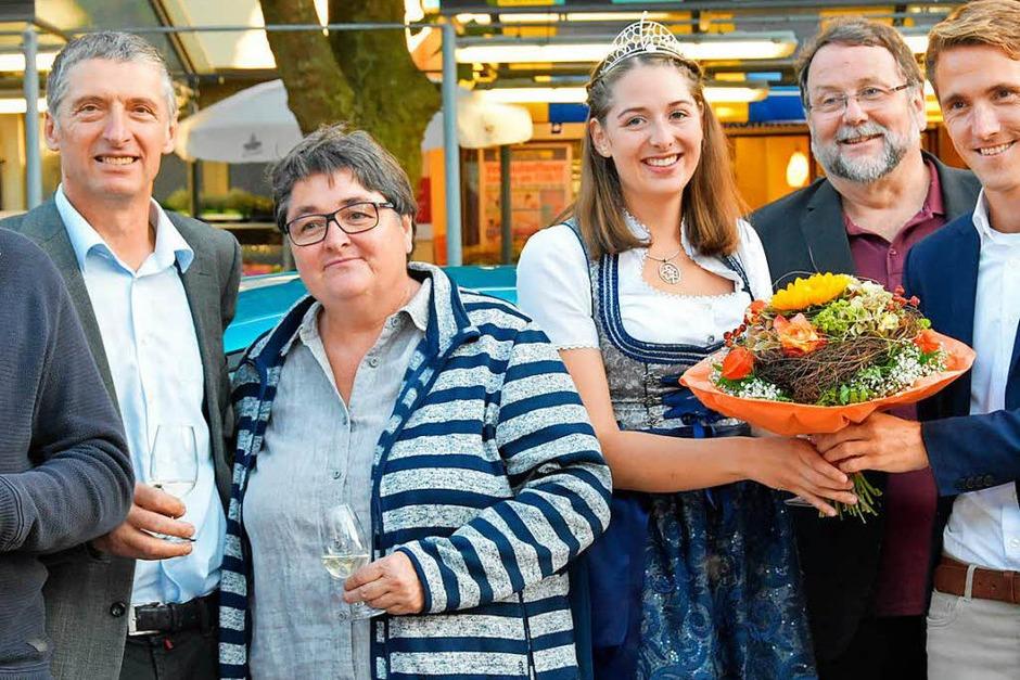 Zur Eröffnung gibt es für die Breisgauer Weinprinzessin Miriam Kaltenbach Blumen von Gundelfingens Bürgermeister Raphael Walz. (Foto: Andrea Steinhart)