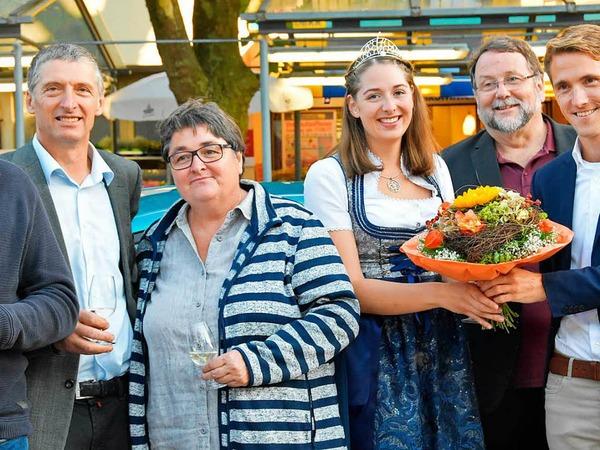Zur Eröffnung gibt es für die Breisgauer Weinprinzessin Miriam Kaltenbach Blumen von Gundelfingens Bürgermeister Raphael Walz.