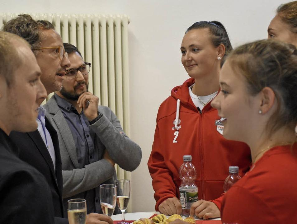 Sponsoren im Gespräch (von links): Tob...mit  Alexandra Bura und  Viviane Hones  | Foto: Sebastian Koehli