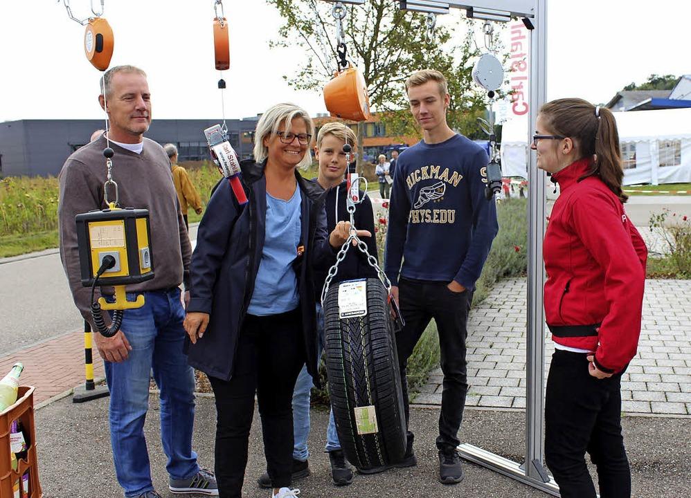 Die Besucher konnten Hebezeuge von Carl Stahl Kromer austesten.  | Foto: Mario Schöneberg