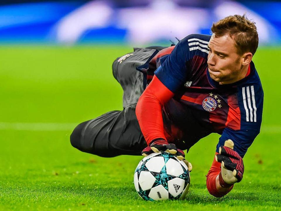 Bayerns Torwart Manuel Neuer war gerad...uss er am linken Fuß operiert werden?   | Foto: DPA