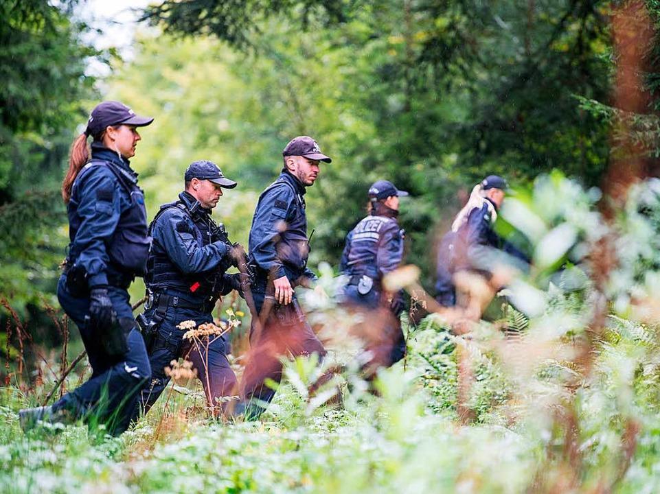 Die Polizei durchkämmt den Wald nach dem Schützen.  | Foto: dpa