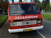 Frau baut Unfall mit altem Feuerwehrfahrzeug, bestreitet es und fährt davon