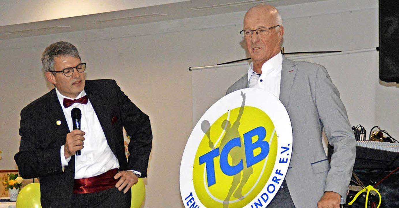 Das neue Vereinslogo des TC Bonndorf p...Urs Gronenberg (links) und Edgar Roll.  | Foto: Norbert Kriegl