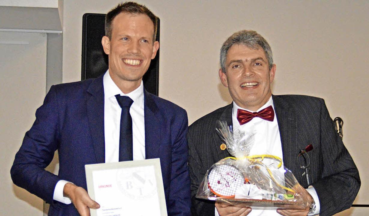 Vizepräsident Florian Huschka (links) ...s Jubiläum des Bonndorfer Tennisclubs.  | Foto: Norbert Kriegl