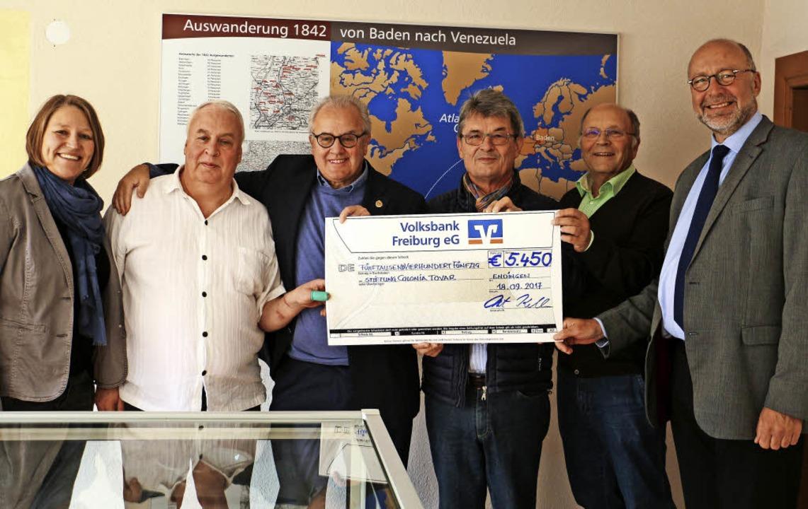 Eine Spende über 5450 Euro überreichte...f Vollherbst und Hans-Joachim Schwarz.  | Foto: Ruth Seitz