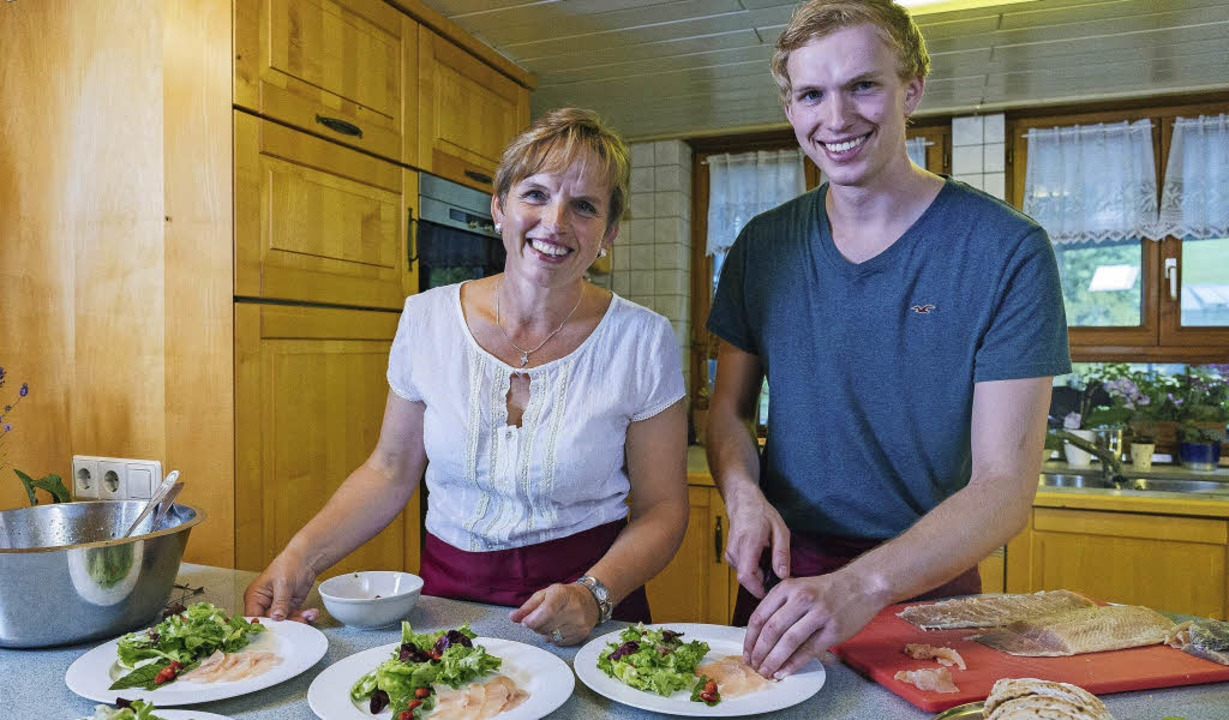 Margarete Schwär und ihr Sohn Benedikt bereiten die Vorspeise vor.     Foto: SWR/megaherz/Andreas Maluche