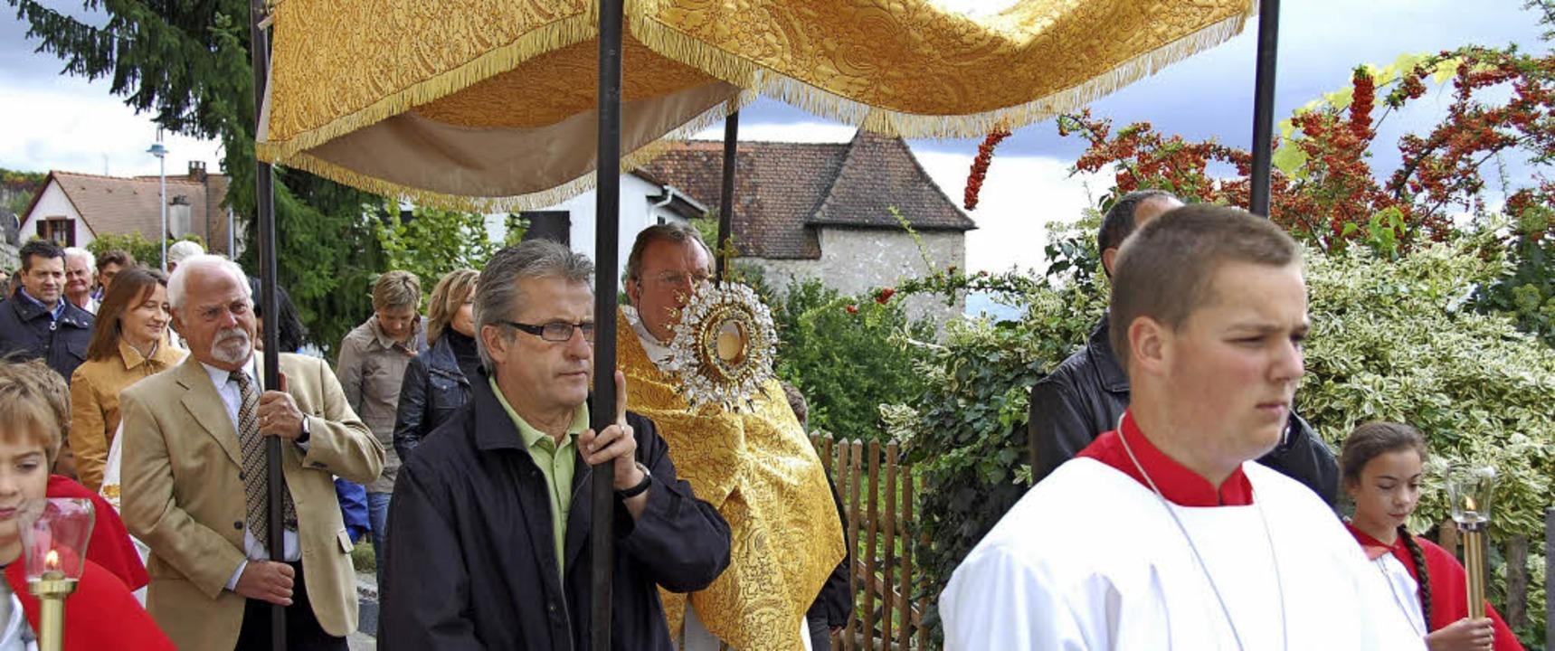 Die Prozession durch Istein gehört zum...rche geweiht ist, auf jeden Fall dazu.  | Foto: Archivfoto: Hannes Lauber