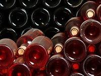 Mann trinkt schwefelige Säure aus Weinflasche und stirbt