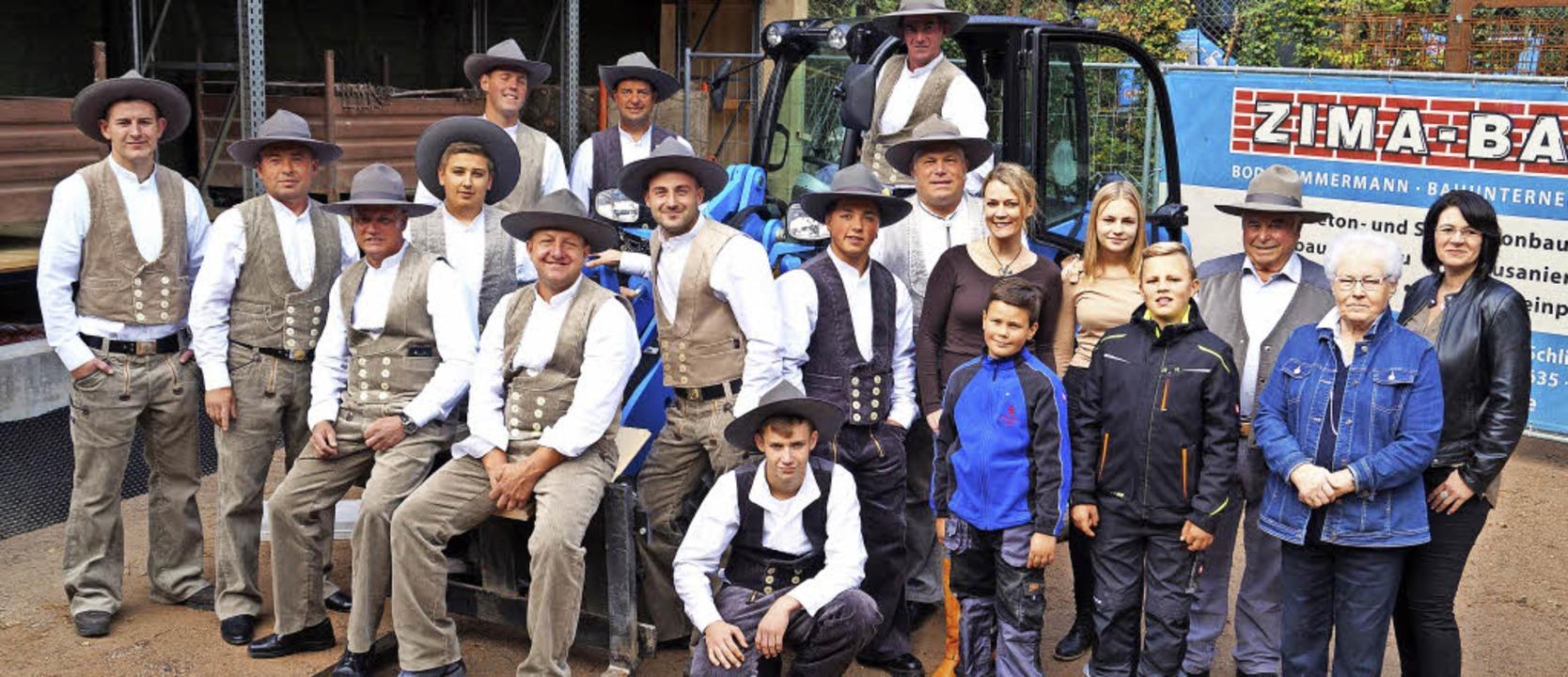 Großes Gruppenbild mit Mitarbeitern un... Bodo Zimmermann (Achter von rechts).   | Foto: Silke Hartenstein