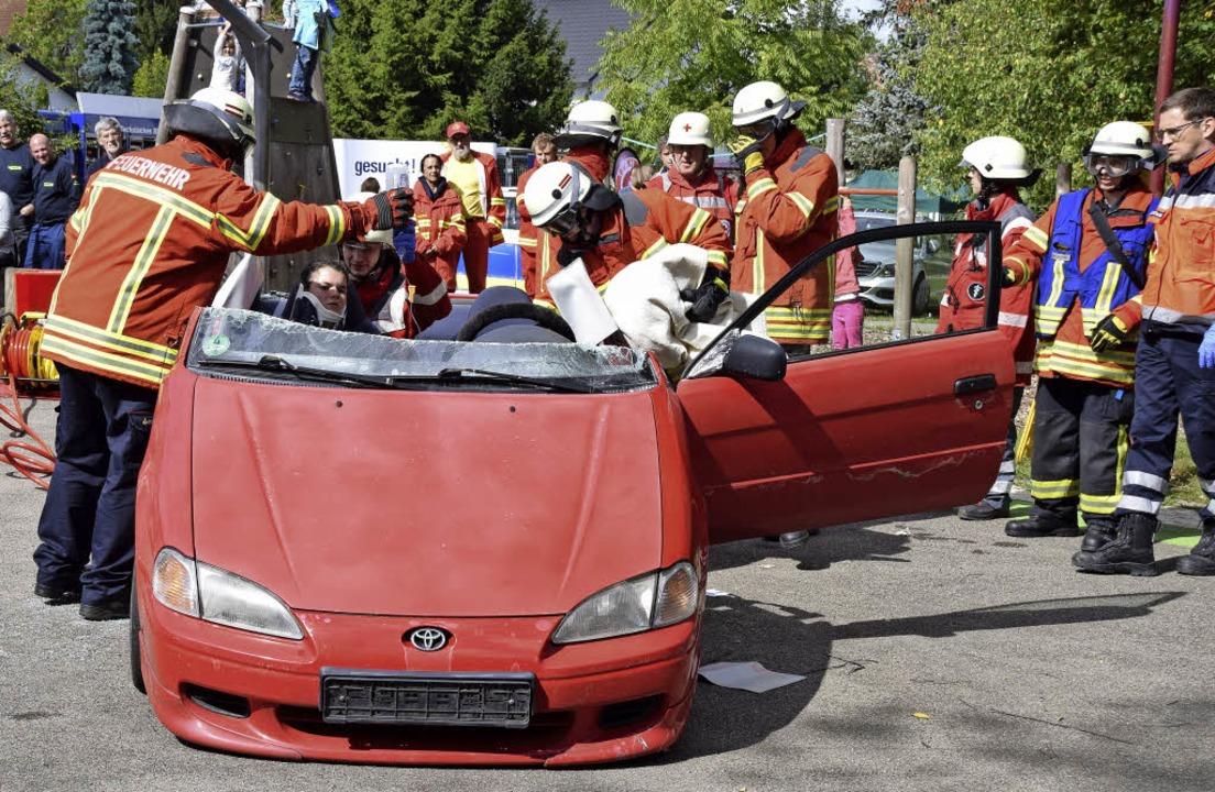 Mitglieder der Freiwilligen Feuerwehr demonstrierten einen Rettungseinsatz.     Foto: Johannes Burkart