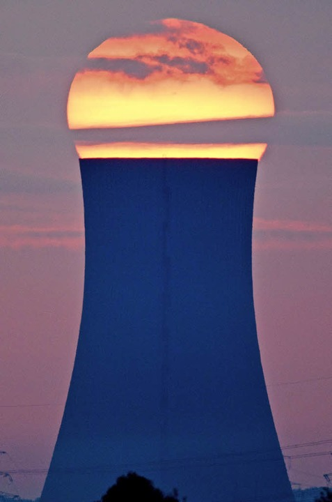 Sonnenaufgang über dem Kühlturm des Kraftwerks Mehrum.  | Foto: dpa